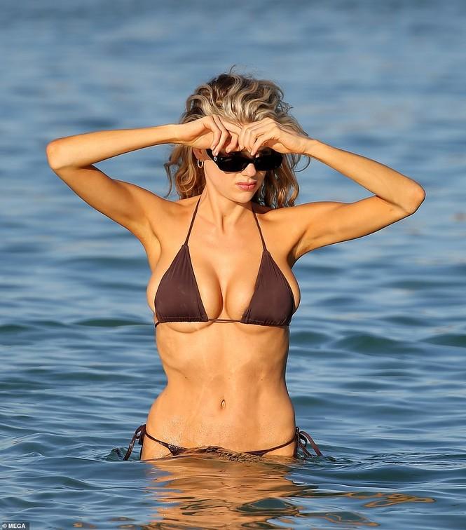 Chân dài 9x Charlotte McKinne cực nóng bỏng ở biển - ảnh 12