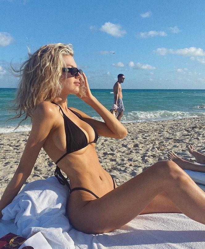 Chân dài 9x Charlotte McKinne cực nóng bỏng ở biển - ảnh 14