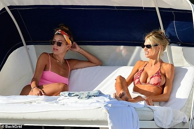 Chân dài 9x Charlotte McKinne cực nóng bỏng ở biển - ảnh 9
