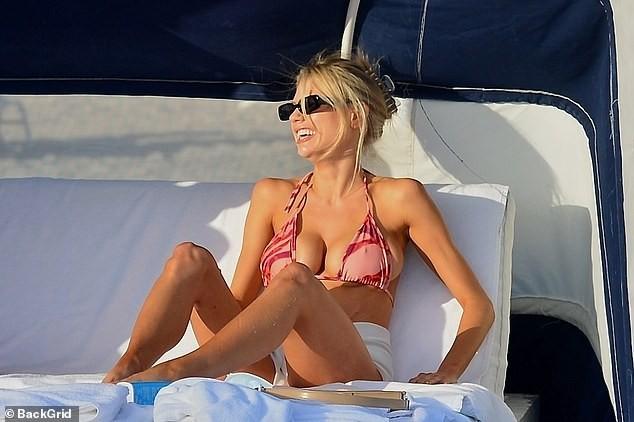 Chân dài 9x Charlotte McKinne cực nóng bỏng ở biển - ảnh 5