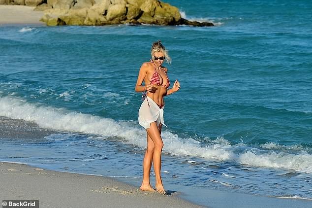 Chân dài 9x Charlotte McKinne cực nóng bỏng ở biển - ảnh 6
