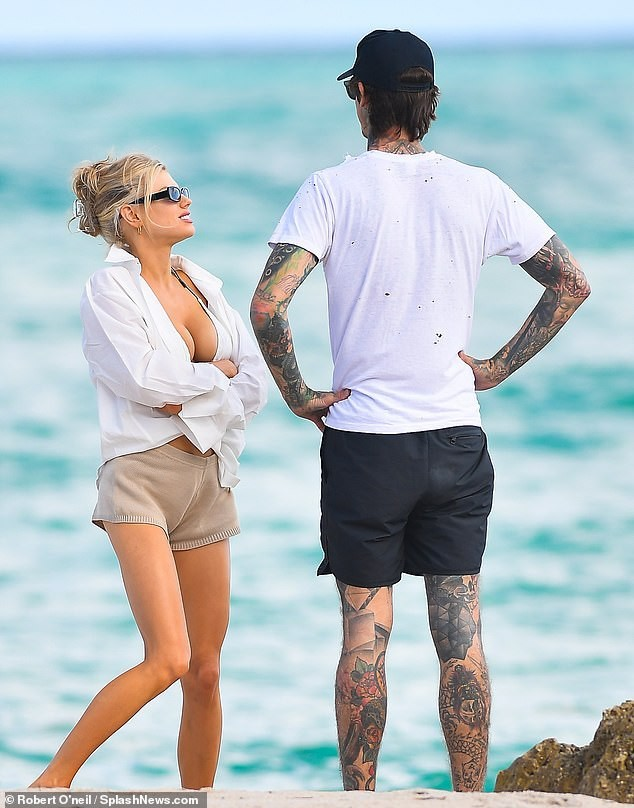Chân dài 9x Charlotte McKinne cực nóng bỏng ở biển - ảnh 11