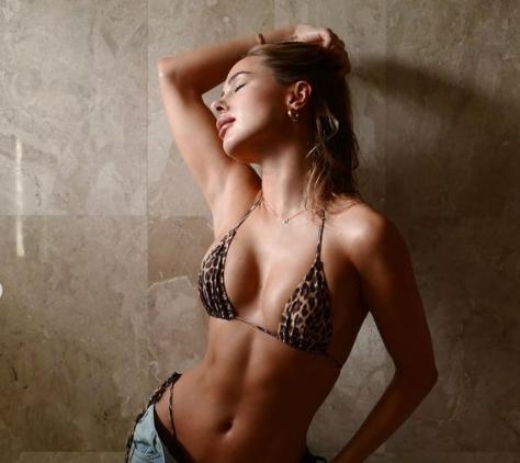 Mẫu áo tắm Anh quốc tung ảnh bikini nóng 'bỏng rẫy' - ảnh 1