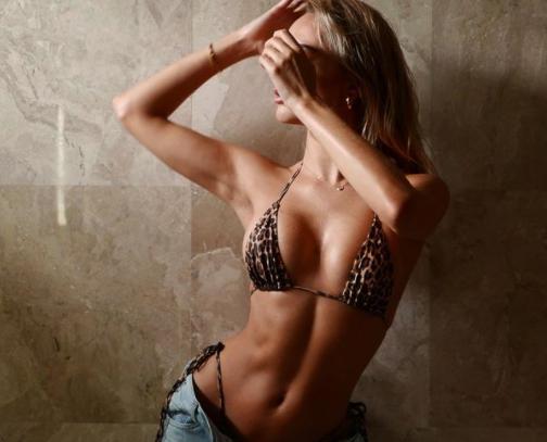 Mẫu áo tắm Anh quốc tung ảnh bikini nóng 'bỏng rẫy' - ảnh 3