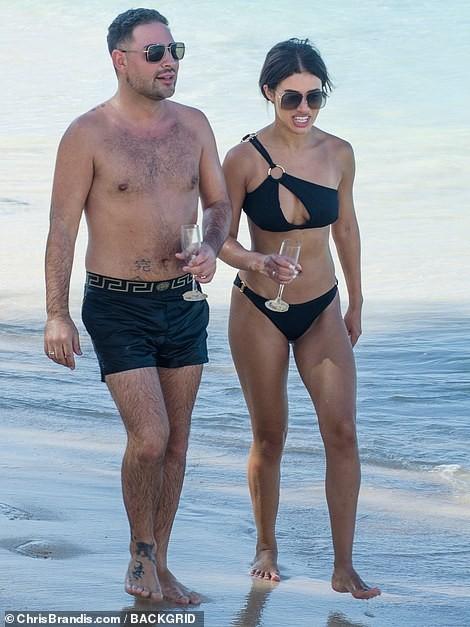 Montana Brown gợi cảm nổi bật ở biển với áo tắm xẻ ngực - ảnh 3