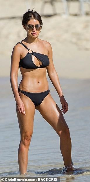 Montana Brown gợi cảm nổi bật ở biển với áo tắm xẻ ngực - ảnh 12