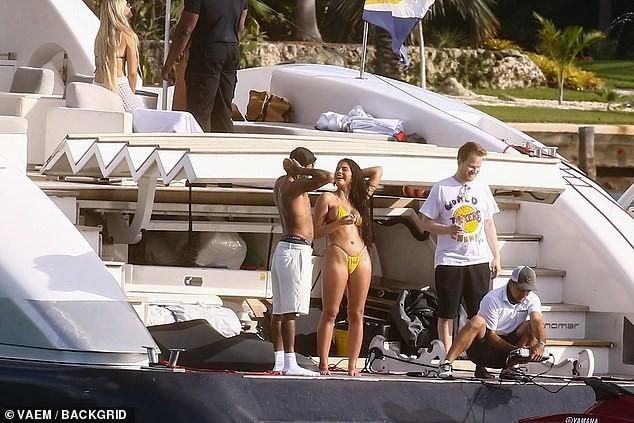 Tyga đi biển cùng bạn gái cũ 'bốc lửa' không kém tình xưa-tỷ phú Kylie Jenner - ảnh 2