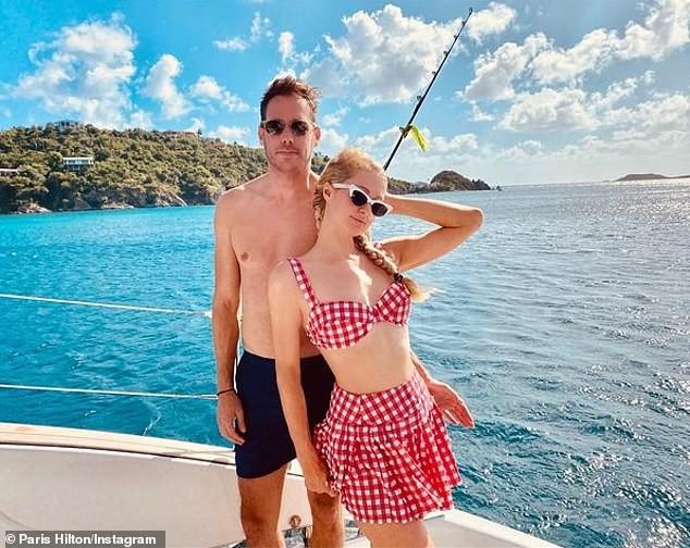 Paris Hilton tình tứ cùng bạn trai đón giao thừa ở biển - ảnh 3