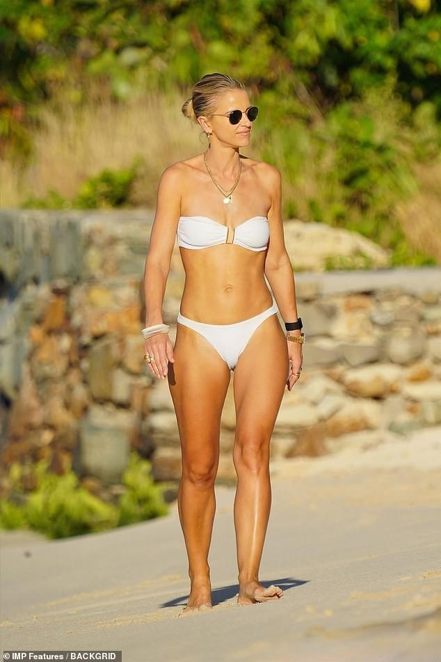 Vogue Williams gợi cảm nổi bật với bikini quây ở 'thiên đường thế giới' - ảnh 8