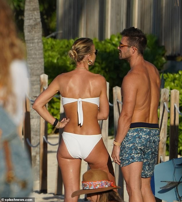 Vogue Williams gợi cảm nổi bật với bikini quây ở 'thiên đường thế giới' - ảnh 4
