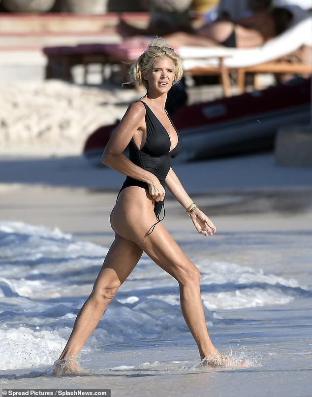 Hoa hậu Thuỵ Điển 'bốc lửa' với áo tắm ở tuổi 46 - ảnh 9