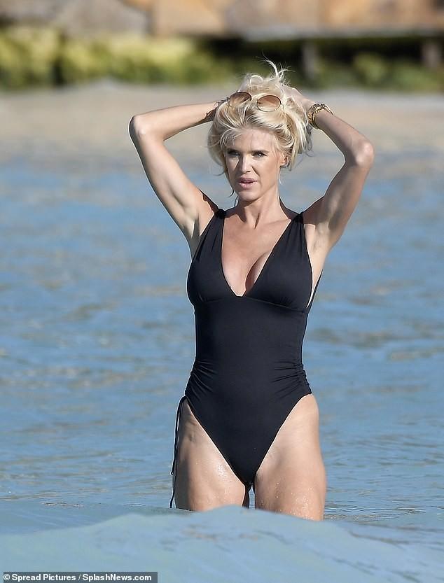 Hoa hậu Thuỵ Điển 'bốc lửa' với áo tắm ở tuổi 46 - ảnh 10