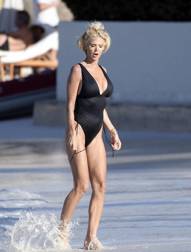 Hoa hậu Thuỵ Điển 'bốc lửa' với áo tắm ở tuổi 46 - ảnh 5