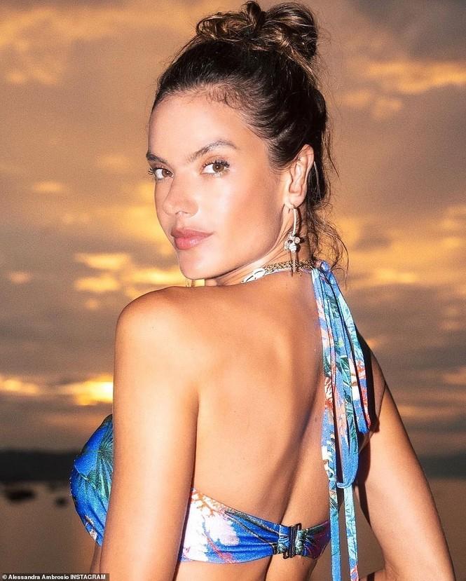 Siêu mẫu Brazil hút hồn phái mạnh với áo tắm  - ảnh 1
