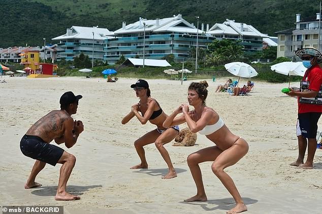 Alessandra Ambrosio đẹp như tạc tượng với bikini ở biển  - ảnh 2
