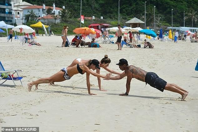 Alessandra Ambrosio đẹp như tạc tượng với bikini ở biển  - ảnh 3