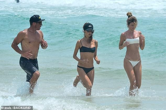 Alessandra Ambrosio đẹp như tạc tượng với bikini ở biển  - ảnh 4