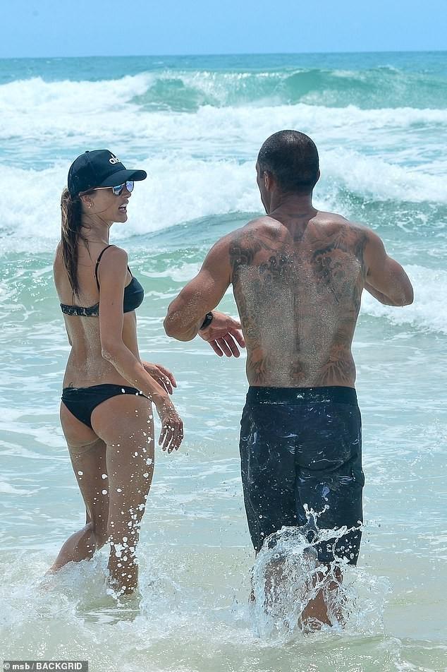 Alessandra Ambrosio đẹp như tạc tượng với bikini ở biển  - ảnh 7