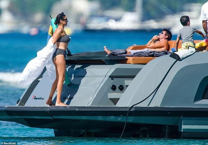 Bà xã của Simon Cowel mặc bikini phô dáng đẹp ngỡ ngàng ở tuổi U50 - ảnh 6