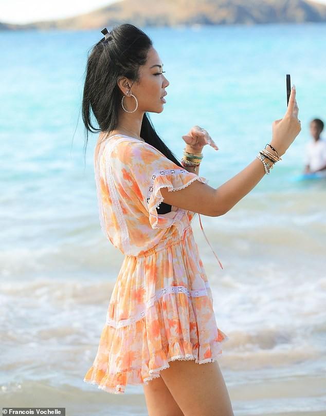 Kimora Lee diện áo tắm xẻ ngực sâu nóng bỏng - ảnh 5