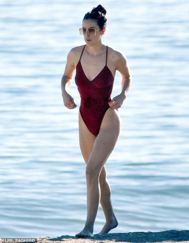 Con gái Bruce Willis từng để ngực trần xuống phố, khoe dáng với áo tắm - ảnh 2