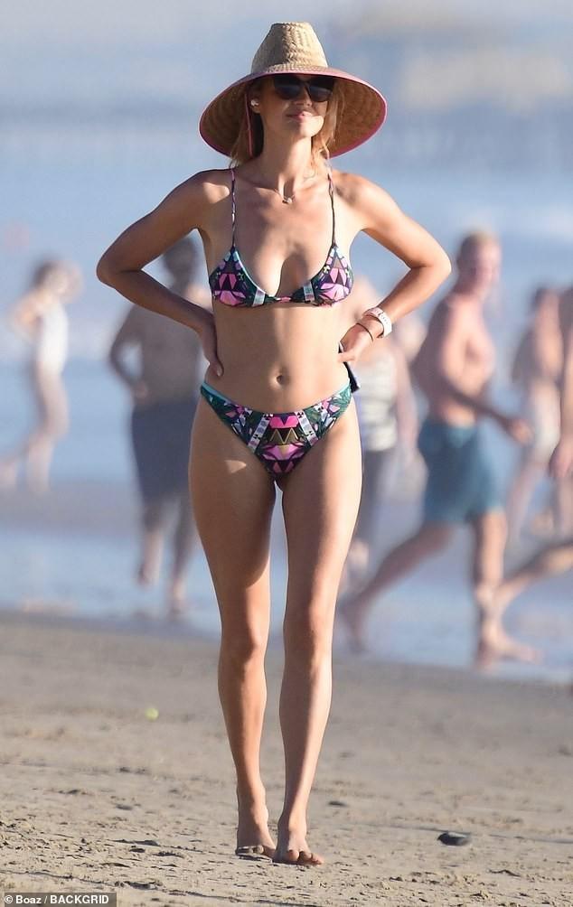Chân dài 9x Kelly Rohrbach đẹp như mộng ở biển - ảnh 1