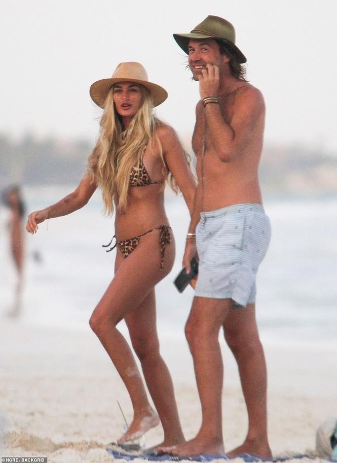 Shayna Taylor thả dáng nóng bỏng với bikini ở biển - ảnh 1