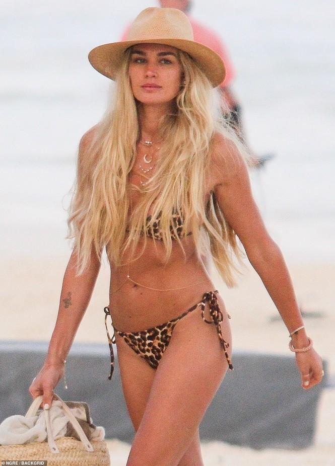 Shayna Taylor thả dáng nóng bỏng với bikini ở biển - ảnh 6