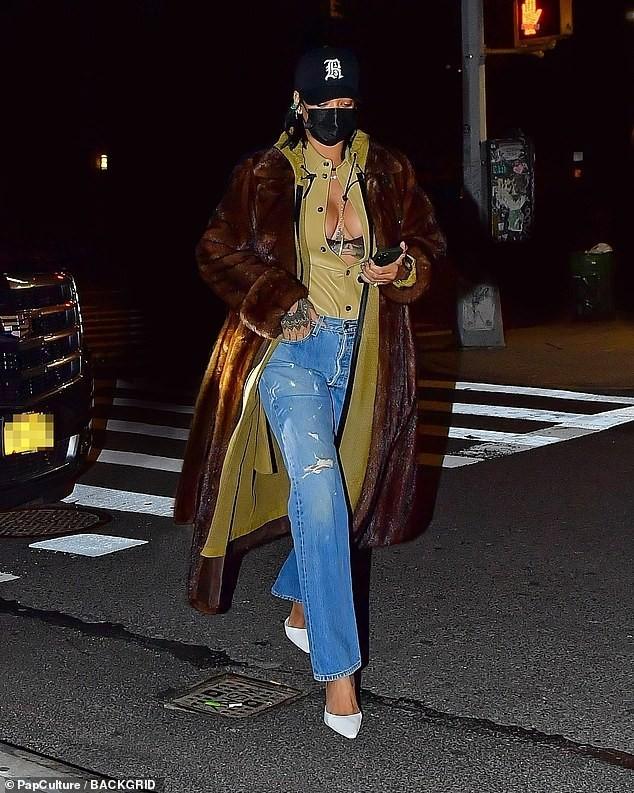 Rihanna diện mốt lộ nội y, khoe ngực táo bạo - ảnh 1
