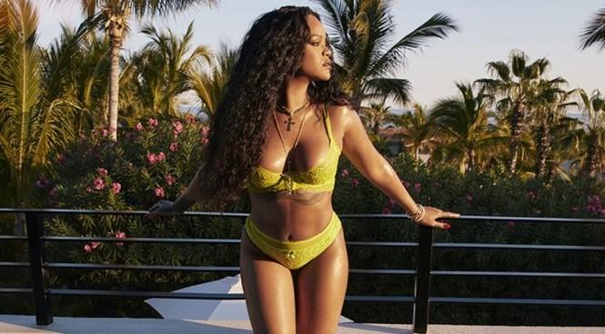 Rihanna diện mốt lộ nội y, khoe ngực táo bạo - ảnh 3