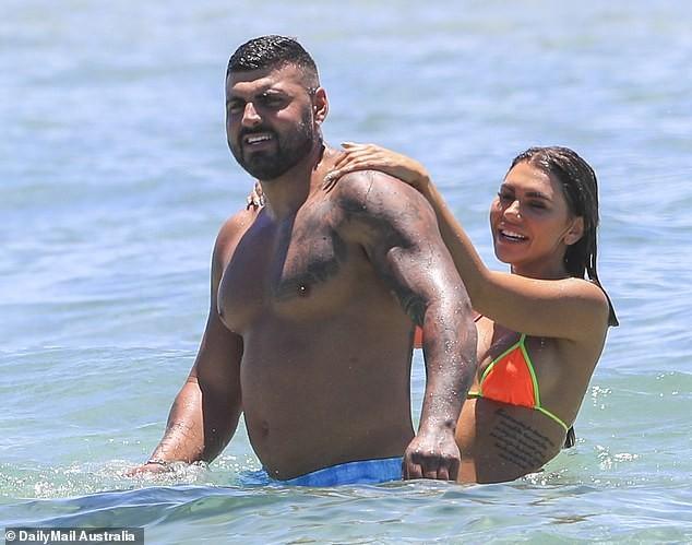 Kiki Morris nóng bỏng với bikini, vui đùa tình tứ bạn trai ở biển - ảnh 2