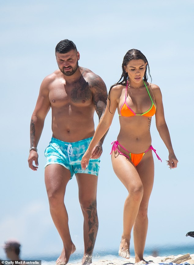 Kiki Morris nóng bỏng với bikini, vui đùa tình tứ bạn trai ở biển - ảnh 5