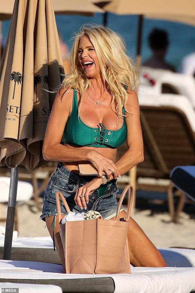 Hoa hậu Thuỵ Điển Victoria Silvstedt U50 phô vòng một 'bốc lửa' ở biển - ảnh 4
