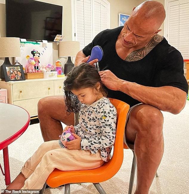 The Rock nhẹ nhàng chải tóc cho con gái gây 'bão' mạng xã hội - ảnh 1