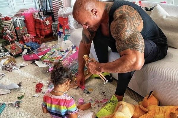 The Rock nhẹ nhàng chải tóc cho con gái gây 'bão' mạng xã hội - ảnh 3