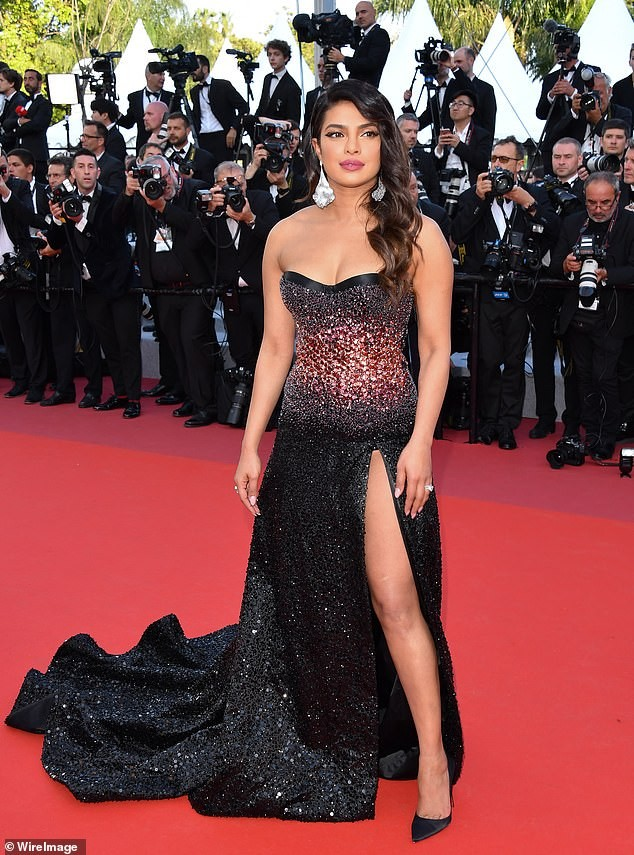 Hoa hậu Priyanka Chopra U40 nóng bỏng 'rực lửa'  - ảnh 4