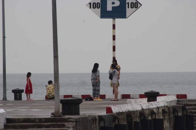 Hơn 500 khách du lịch ở lại đảo Cát Bà trải nghiệm bão - ảnh 2