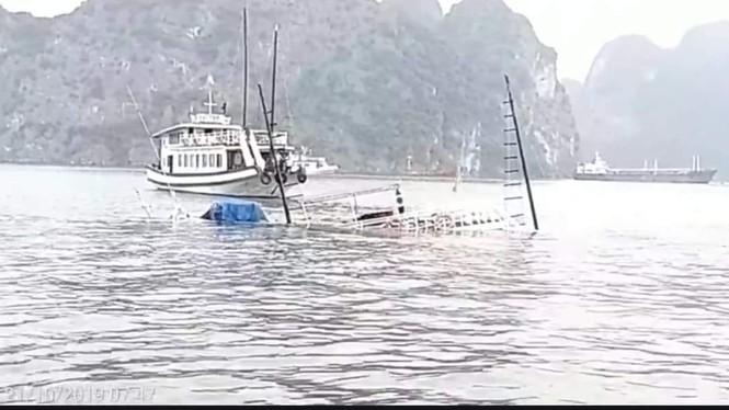Va chạm với tàu chở đá, tàu du lịch chìm trên vịnh Hạ Long - ảnh 1