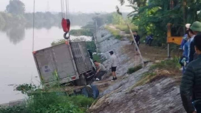 Hy hữu: Đang chèo bè trên sông, một ngư dân bị ô tô đâm tử vong - ảnh 1