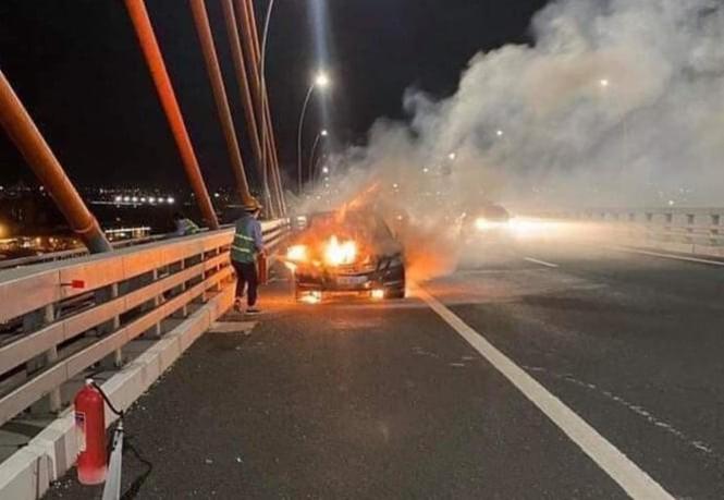 Xế hộp tiền tỷ Mercedes cháy trơ khung trên cầu Bạch Đằng - ảnh 2