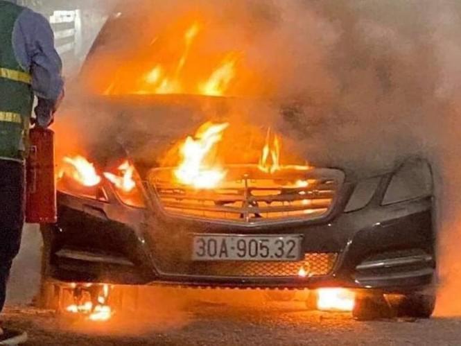 Xế hộp tiền tỷ Mercedes cháy trơ khung trên cầu Bạch Đằng - ảnh 1
