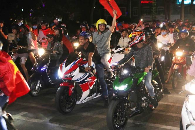 'Bão' xe máy phố núi Pleiku diễu hành mừng kỳ tích U23 Việt Nam - ảnh 4
