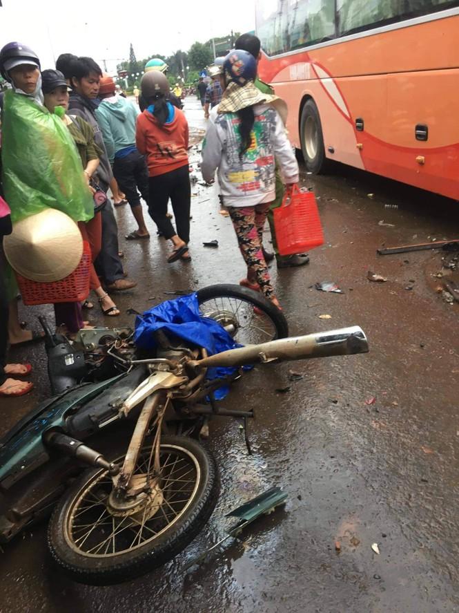 Xe khách tông hàng loạt xe máy, ít nhất 3 người tử vong - ảnh 2