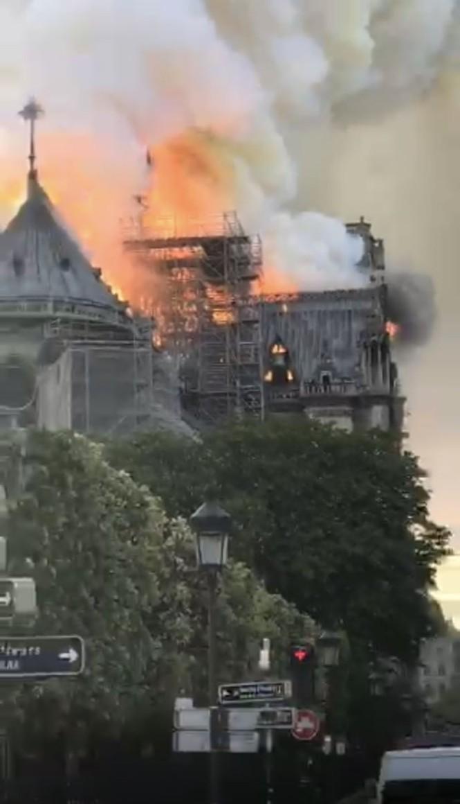 Mái và tháp chuông Nhà thờ Đức bà Paris đổ sập trong lửa đỏ - ảnh 2