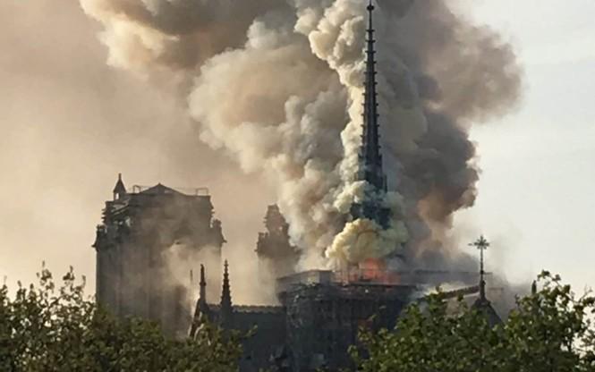 Mái và tháp chuông Nhà thờ Đức bà Paris đổ sập trong lửa đỏ - ảnh 1