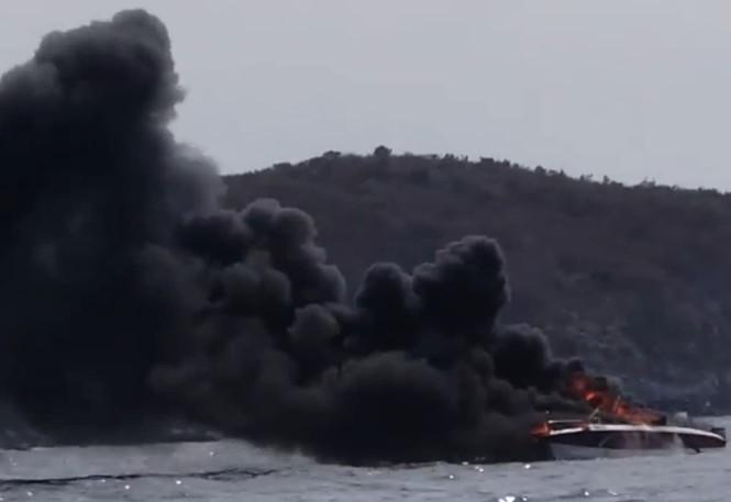 Cháy ca nô trên vịnh Nha Trang, hai thuyền viên bị bỏng - ảnh 1