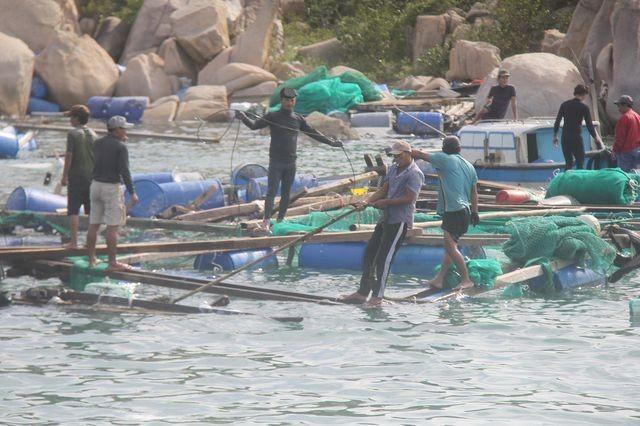 Hai người dân Khánh Hoà đang bị mắc kẹt trên biển - ảnh 1