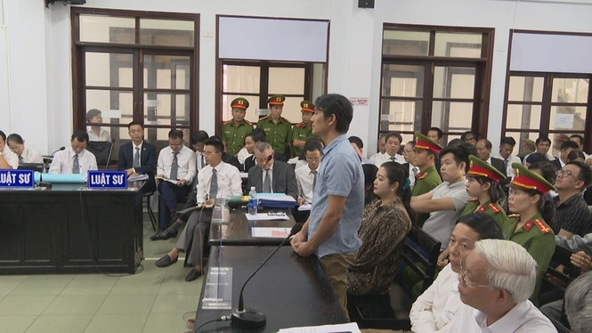 Xét xử luật sư Trần Vũ Hải, luật sư và nhà báo đều bị tịch thu hết điện thoại - ảnh 1