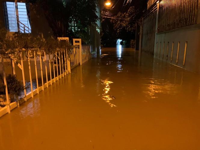 Nha Trang ngập nhiều nơi, dân tất tả canh lũ - ảnh 3