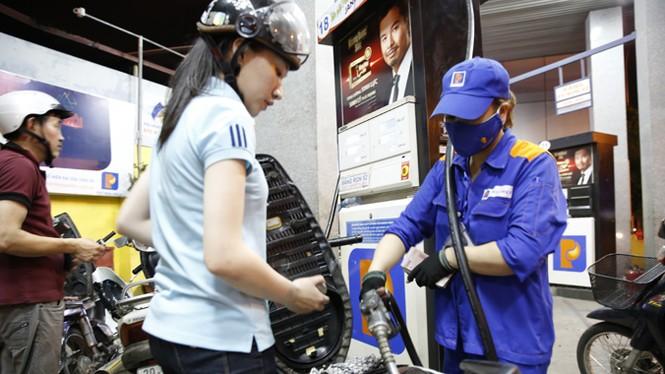 Những câu hỏi quanh việc điều hành giá xăng dầu - ảnh 1